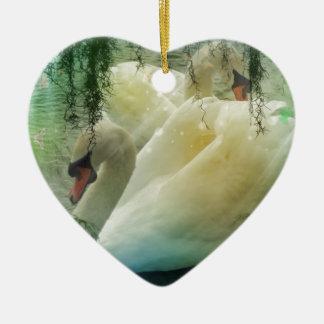 Romantischer See-schwimmende weiße Schwäne Keramik Ornament