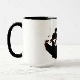 Rorschach Test einer Tinten-Fleck-Karte auf Weiß Tasse