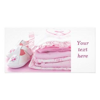 Rosa Babykleidung für Babyparty Foto Karte