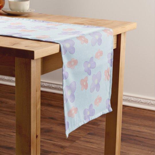 Rosa blaue Blumen auf Pastellblau Kurzer Tischläufer