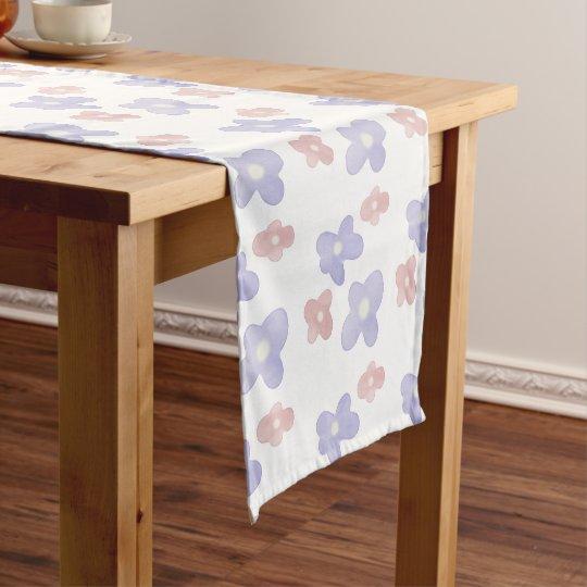 Rosa blaue Blumen auf Weiß Kurzer Tischläufer