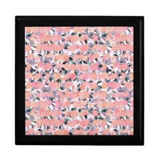 Rosa Blumen auf einem Hintergrund des silbernen Erinnerungskiste