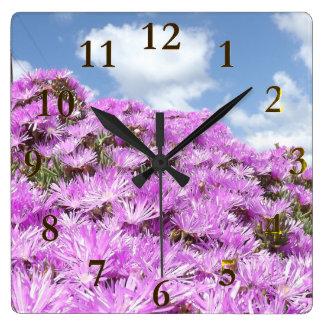 rosa Blumen blau und weißer Himmel Quadratische Wanduhr