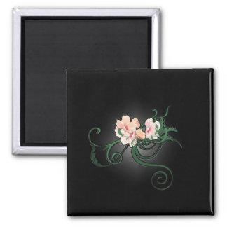 Rosa Blumen-Blüten auf einem schwarzen Hintergrund Quadratischer Magnet