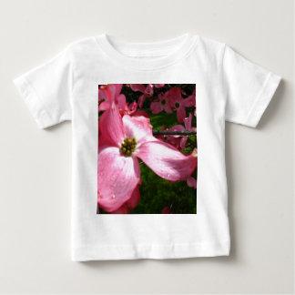 Rosa Blumenblätter Baby T-shirt