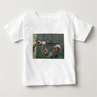Rosa, die in einem Cotswold Garten wachsen Baby T-shirt