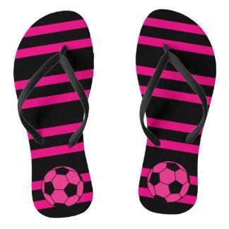 Rosa Fußball-Ball drehen Reinfälle um Badesandalen