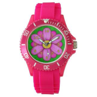 Rosa Gänseblümchen-Blume auf grünem schönem Uhr