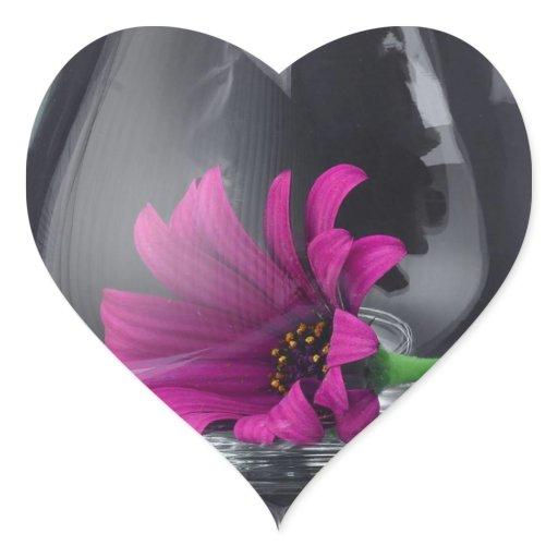 rosa g nsebl mchen nahaufnahme im wein glas herz aufkleber zazzle. Black Bedroom Furniture Sets. Home Design Ideas