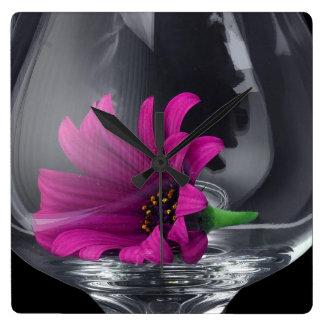 Rosa Gänseblümchen-Nahaufnahme in einem Wein-Glas Quadratische Wanduhr