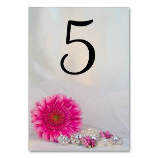 Rosa Gänseblümchen-und Diamant-Knopf-Tischnummern Karte