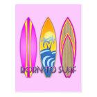 Rosa geboren zu surfen postkarte