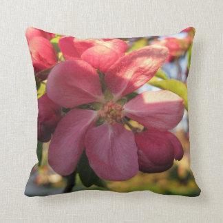 Rosa Holzapfel-Baum-Blumen-Muster Kissen