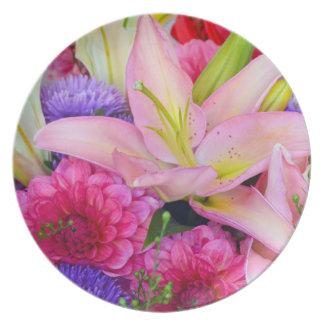 Rosa Lilien- und Dahlieblumendruckplatte Melaminteller