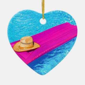 Rosa Luft mattrass mit Hut im Swimmingpool Keramik Ornament