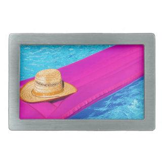 Rosa Luft mattrass mit Hut im Swimmingpool Rechteckige Gürtelschnalle