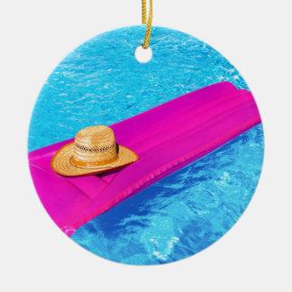 Rosa Luft mattrass mit Hut im Swimmingpool Rundes Keramik Ornament