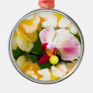 Rosa Orchidee mit Tennisball Rundes Silberfarbenes Ornament