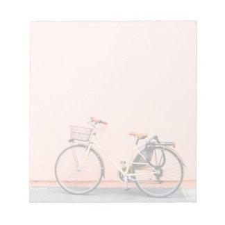 Rosa Rad des Fahrrad-Korb-Fahrrad-zwei Notizblock