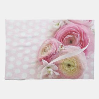 Rosa Ranunculus auf Tupfen Küchentuch