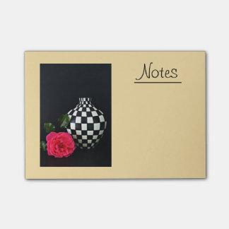 Rosa Rose und ein Checkered Vase Post-it Klebezettel