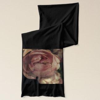 Rosa Rosen im Schwarzen Schal