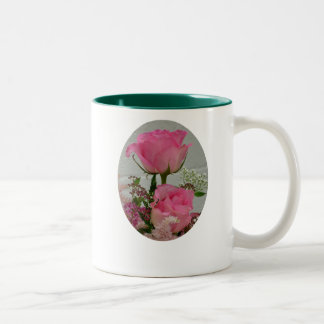 Rosa Rosen, nehmen Zeit, die   Rosen zu riechen… Zweifarbige Tasse