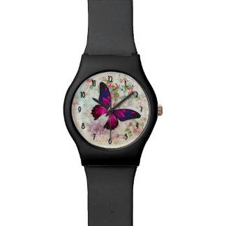 Rosa Schmetterling und schäbige Vintage Rosen Uhr