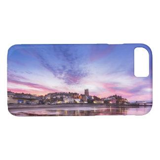 Rosa Sonnenuntergangreflexionen über Cromer Stadt iPhone 8/7 Hülle