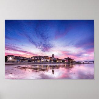 Rosa Sonnenuntergangreflexionen über Cromer Stadt Poster