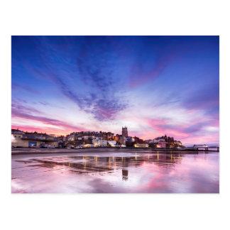 Rosa Sonnenuntergangreflexionen über Cromer Stadt Postkarte