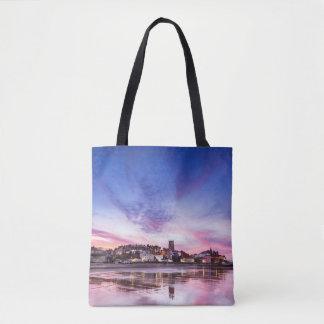 Rosa Sonnenuntergangreflexionen über Cromer Stadt Tasche