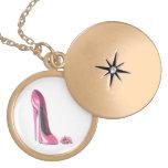 Rosa Stilett-Schuh und Rosen-Goldhalskette