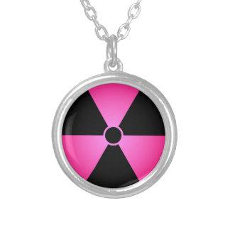 Rosa Strahlungs-Symbol Versilberte Kette