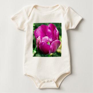 Rosa Tulpe mit Wassertropfen Baby Strampler