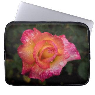 Rosa und gelbe Rose mit Regentropfen-Laptop-Hülse Laptopschutzhülle