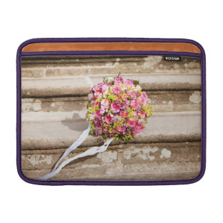 Rosa-und Grün-Blumenhochzeits-Blumenstrauß MacBook Sleeve