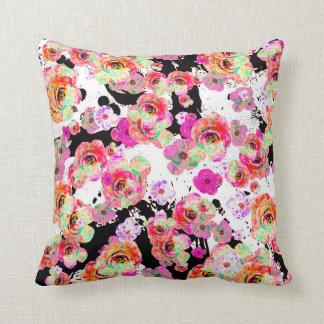 Rosa und korallenroter Frühling mit Blumen auf Kissen