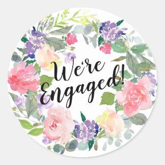 Rosa und lila Blumen sind wir verlobter Watercolor Runder Aufkleber