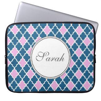Rosa und Marineblau quatrefoil Monogramm Laptop Sleeve