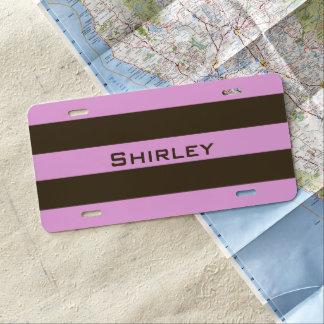 Rosa und schokoladenbraune breite Streifen durch US Nummernschild