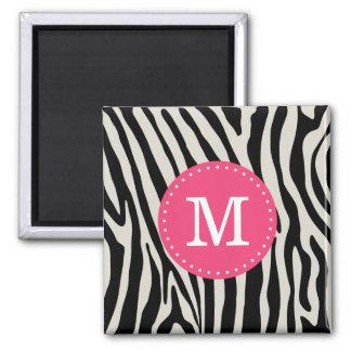 Rosa und schwarzes Zebra-Streifen-Monogramm Quadratischer Magnet
