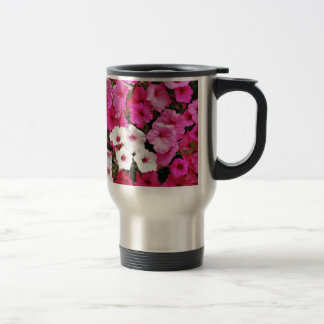 Rosa und weiße Petunie-Blumen Reisebecher