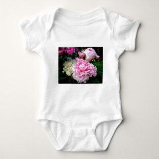 Rosa und weiße Pfingstrosen Baby Strampler