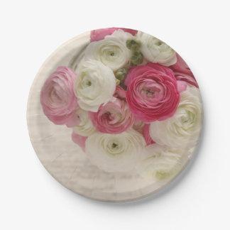 Rosa und weißer Ranunculus auf Skript Pappteller