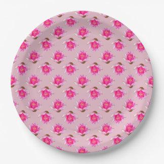 Rosa Wasserlilien auf hellrosa Pappteller