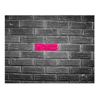Rosa Ziegelstein in einer schwarzen u. weißen Wand Postkarte