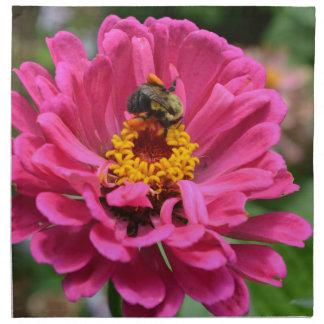 Rosa Zinnia- und Hummelbiene Stoffserviette