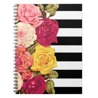 Rosen auf modernem schwarzem u. weißem notizblock