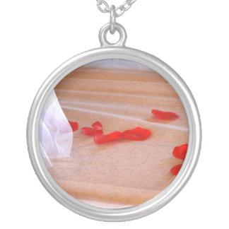 Rosen-Blumenblatt-Hochzeits-Kleiderzug Halskette Mit Rundem Anhänger